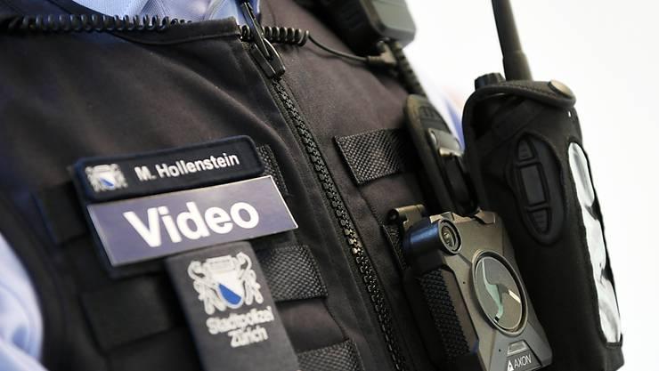 Nur schon die Ankündigung, dass die Kamera eingestellt wird, wirkt beruhigend: Die Stadtpolizei Zürich will die Bodycams deshalb definitiv einführen. (Archiv)