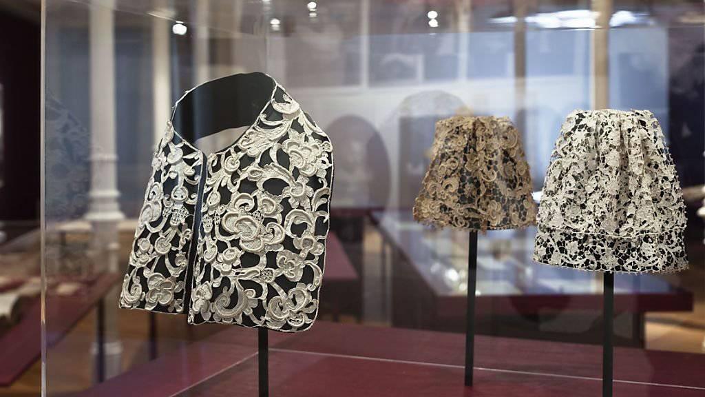 Im St. Galler Textilmuseum werden in einer neuen Ausstellung kostbare Spitzen gezeigt, wie sie bis zur Französischen Revolution vor allem von Adel und Klerus getragen wurden. (Textilmuseum St. Gallen)