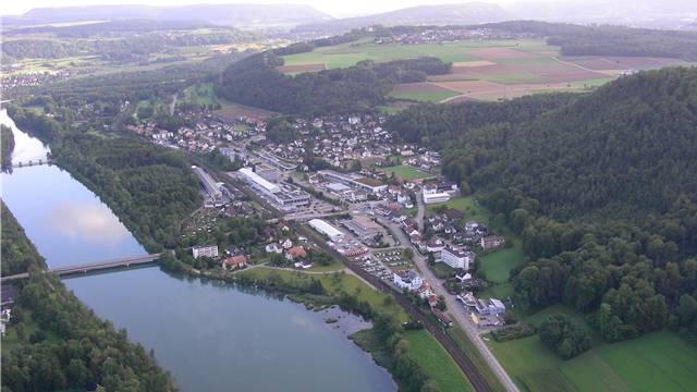 Am Waldrand von Schinznach-Bad will eine Einwohnerin Giftköder gesehen haben. (Archiv)