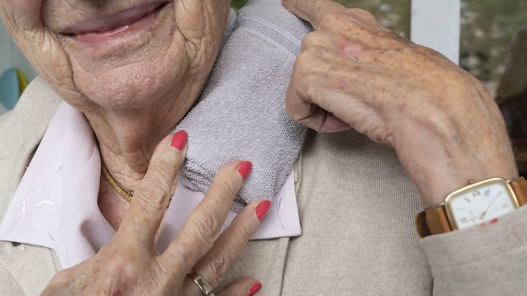 Prävention bei Hitzesommern ist wichtig und verhindert Todesfälle. Eine Bewohnerin eines Alterszentrum schützt sich vor möglichen Folgen der Hitze mit einem kalten Tuch im Nacken. (Archivbild)