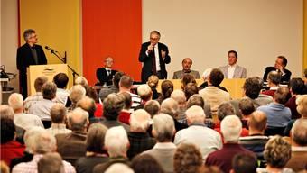 Podiumsdiskussion zur Fusion im Raum Solothurn mit den beteiligten Gemeindepräsidenten Martin Blaser, Kurt Fluri, Gilbert Ambühl, Michael Ochsenbein und Kuno Tschumi (v.l.), moderiert von Urs Mathys.