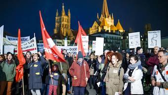 Rund 4000 Waadtländer Staatsangestellte haben am Donnerstagabend in Lausanne gegen die neuen Pläne zur Finanzierung der Pensionskasse protestiert.