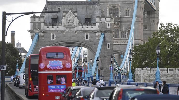 Fahrzeuge stehen auf der Zufahrtsstraße der Tower Bridge im Stau, nachdem die Brücke geöffnet wurde. Foto: Victoria Jones/PA Wire/dpa