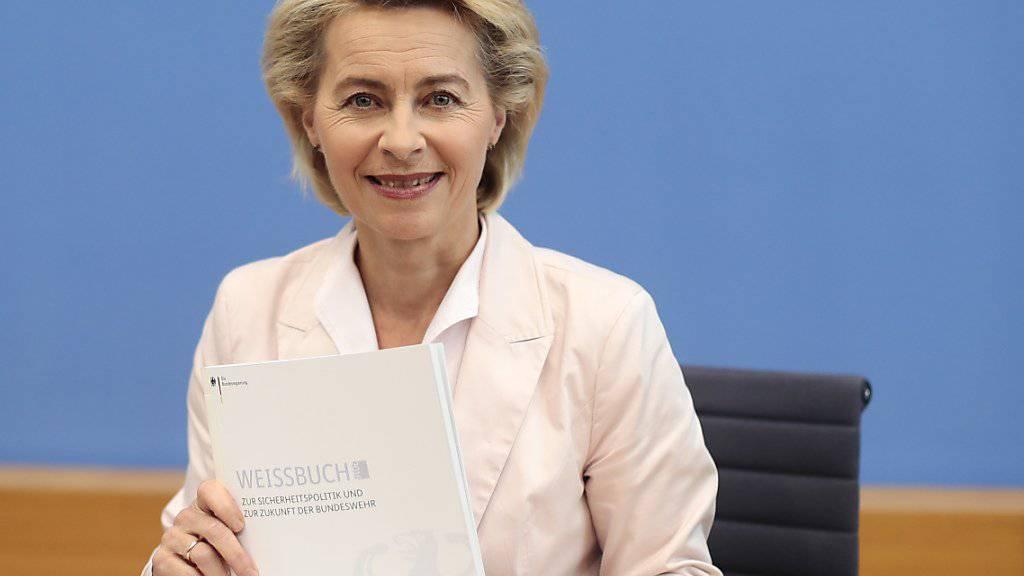 Die deutsche Verteidigungsministerin Ursula von der Leyen mit dem neuen Weissbuch der Sicherheitspolitik.