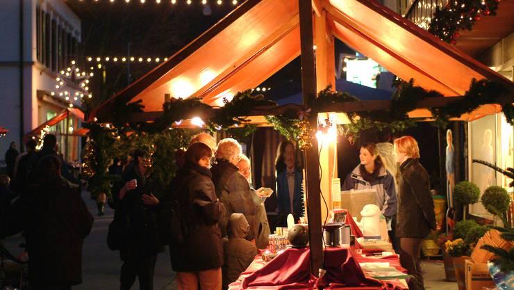 Stimmungsbild vom Weihnachtsmarkt der Gemeinde Turgi. Markt Märkte Advent Marktstand Marktstände.