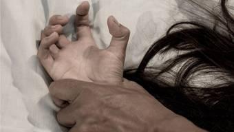 Die gewaltsamen Übergriffe des Ehemannes setzten sich auch nach der Flucht in die Schweiz fort. (Symbolbild)Shutterstock