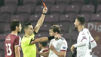 Der französische Austauschschiedsrichter Karim Abed gibt hier nicht Ademi sondern dem bereits weglaufenden Stocker die rote Karte.
