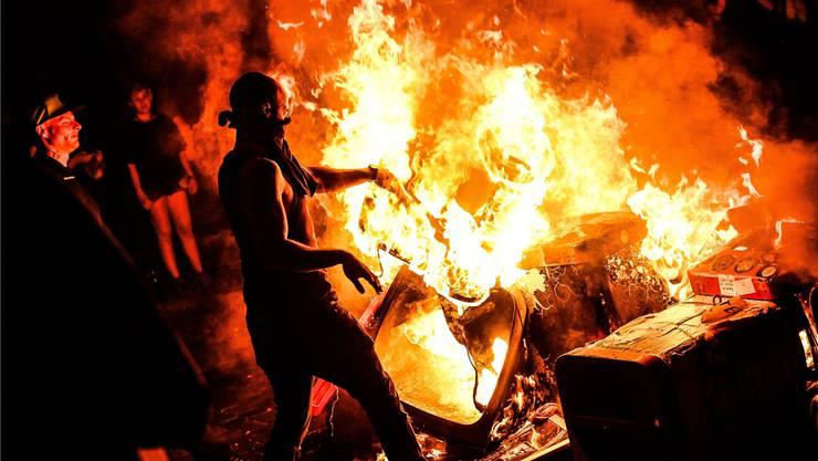 Gewalttätige Demonstranten zündeten in der Nacht auf den Freitag des G20-Gipfels Barrikaden im Hamburger Schanzenviertel an.