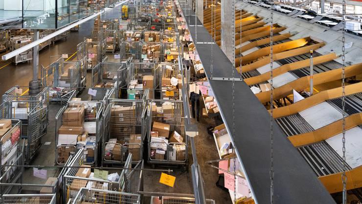 Volles Paketzentrum der Post in Härkingen: Der Onlinehandel floriert.