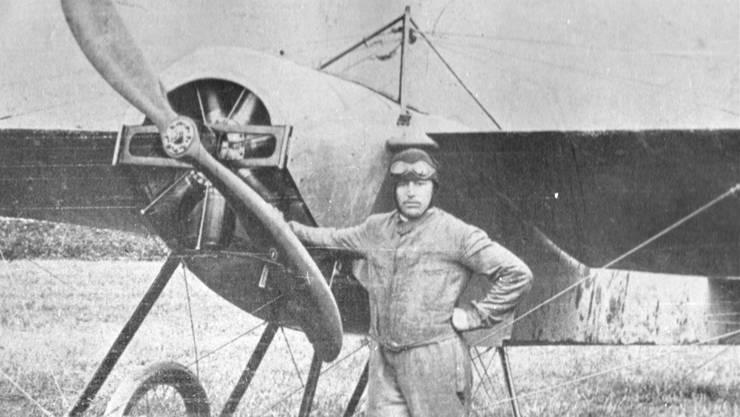 Theodor Borrer vor seinem Flugzeug, das als Eindecker «Monoplan» genannt wurde.pbg (archiv)