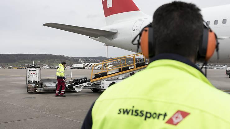 Ein Angestellter von Swissport am Flughafen Zürich-Kloten (Archivbild).