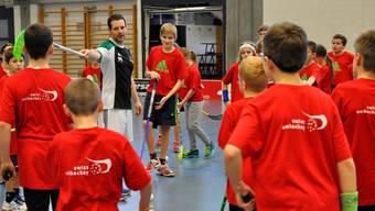 Unihockey-Star Matthias Hofbauer leitet ein Training am Christmas Cup in Zuchwil