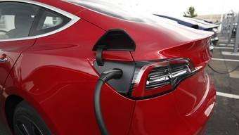 Der Elektroauto-Hersteller Tesla bringt die Produktion seines günstigen Wagens Model 3 in Schwung. Das Unternehmen hatte bisher bei der Herstellung des Modells mit beträchtlichen Anlaufschwierigkeiten zu kämpfen. Im Bild ein Model 3-Auto beim Aufladen ausserhalb eines US-Verkaufslokals. (Archivbild)