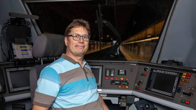 Darf noch nicht, kann aber schon bald: Lokführer-Aspirant Benedikt Haag im ICN-Führerstand (gestelltes Bild).