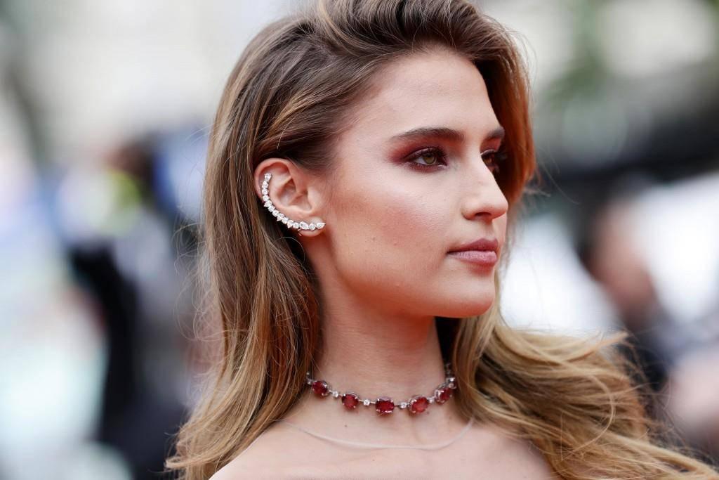 Fernanda Liz zeigt stolz ihre neuen Ohrringe. (© Getty Images)