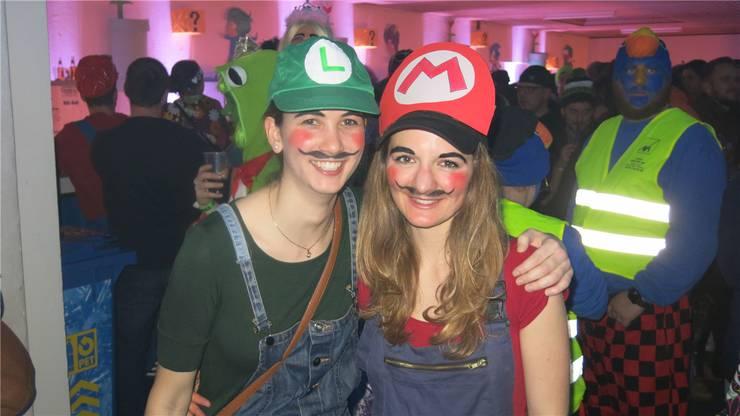 Mottogerecht kostümierten sich Alissa (links) und Rahel.