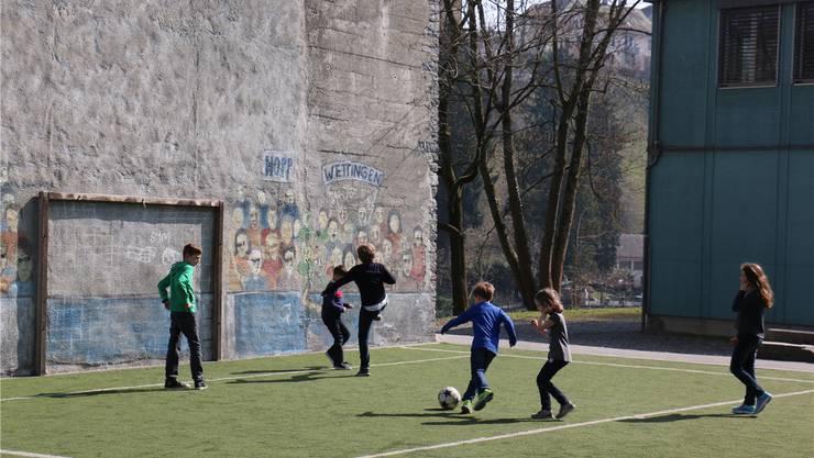 Die Kinder können nach langer Zeit wieder draussen Fussball spielen.