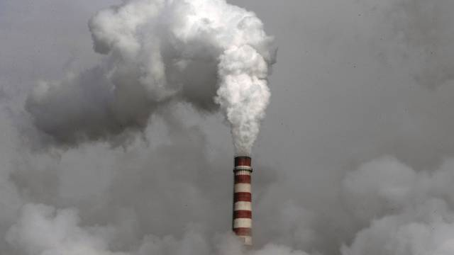 Rauch steigt aus einer mit Kohle betriebenen Fabrik in China