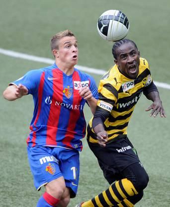 Keine Chance gegen Shaqiri: Seydou Doumbia in der Finalissima 2010.