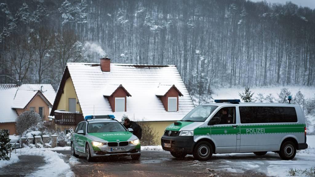Polizeiaufgebot beim Tatort in Bayern.