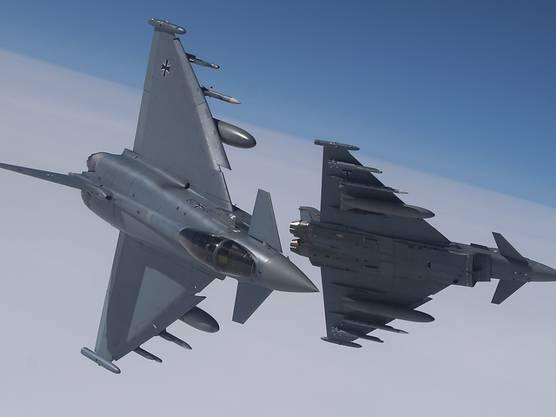 Beide Piloten konnten bei dem Unglück am Montagnachmittag den Schleudersitz betätigen, wie die Luftwaffe weiter mitteilte.(Symbolbild)