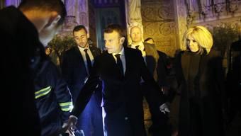 Präsident Macron im Innern der Kathedrale. Er verspricht den Wiederaufbau.