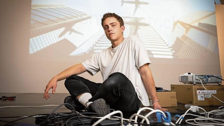 Jodok Wehrli, 26, am Einrichten. Er ist in Schneisingen aufgewachsen und studiert nun in Basel.