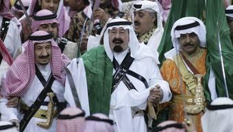 König Abdullah mit gezücktem Schwert inmitten von Prinzen auf einer Aufnahme von 2007.