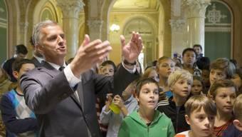 Bundespräsident Didier Burkhalter zeigt den Kindern das Bundeshaus