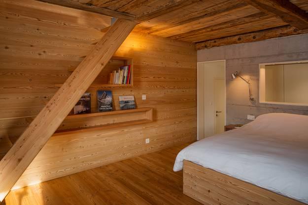Die Decke besteht noch aus dem alten Holz des Stalls. Das Lärchenholz vereint Tradition und Moderne.