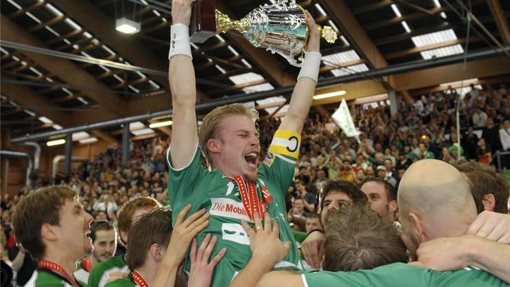 Auf dem persönlichen Zenit bei Wiler-Ersigen: Olle Thorsell hält 2009 als Captain den Meisterpokal in den Händen. Keystone