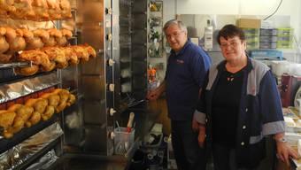Paolo Morini und Verena Jola sind mit ihrem Güggeli-Wagen im Fricktal unterwegs. In Eiken, Mumpf und Magden haben sie Standplätze, an denen sie jede Woche frische Poulets verkaufen. Marc Fischer