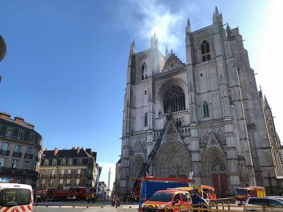 Das Feuer in der Kathedrale von Nantes brach am Samstagmorgen aus. Die Löscharbeiten laufen.