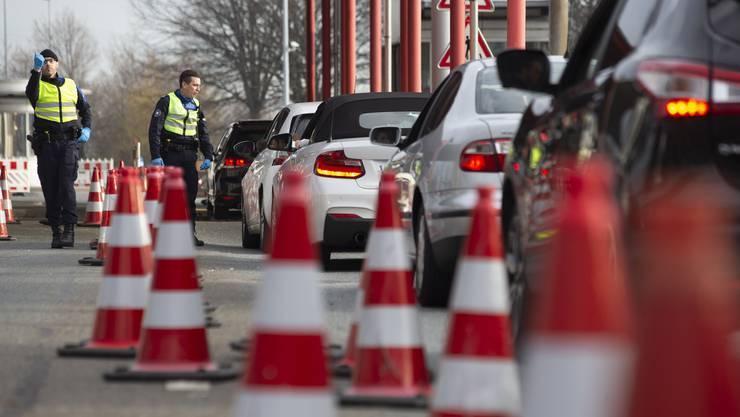 Die Genfer Grenzen werden streng kontrolliert. Am Montag dürfen auch Schüler und ihre Begleitpersonen durch.