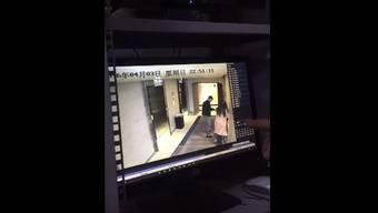Das Überwachungsvideo – im Hintergrund soll die Stimme der Frau zu hören sein, wie sie aufgelöst von dem Vorfall erzählt.