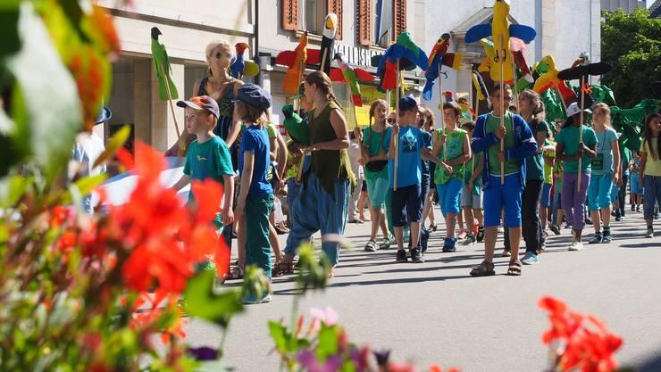 Wird auch heuer kunterbunt: Das Schul- samt Stadtfest 2017.