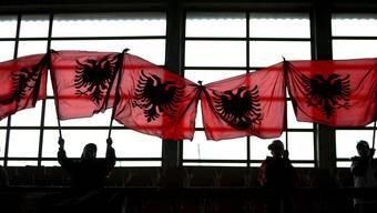 Die Kosovo-Regierung entschied, die Anfang November eingeführten Zölle für Importe aus Serbien und Bosnien-Herzegowina von 10 auf 100 Prozent zu erhöhen.