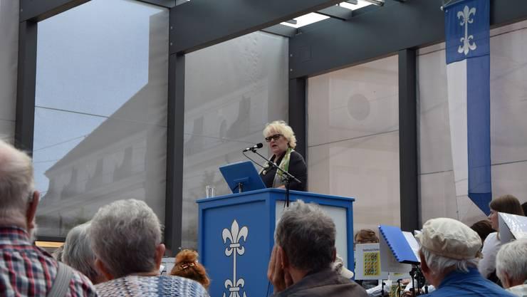 Mit einer kernigen Rede ebnete sie viele Lacher und einen langen Applaus: Die 77-jährige Autorin Julia Onken bei ihrer Rede auf dem Dietiker Kirchplatz.