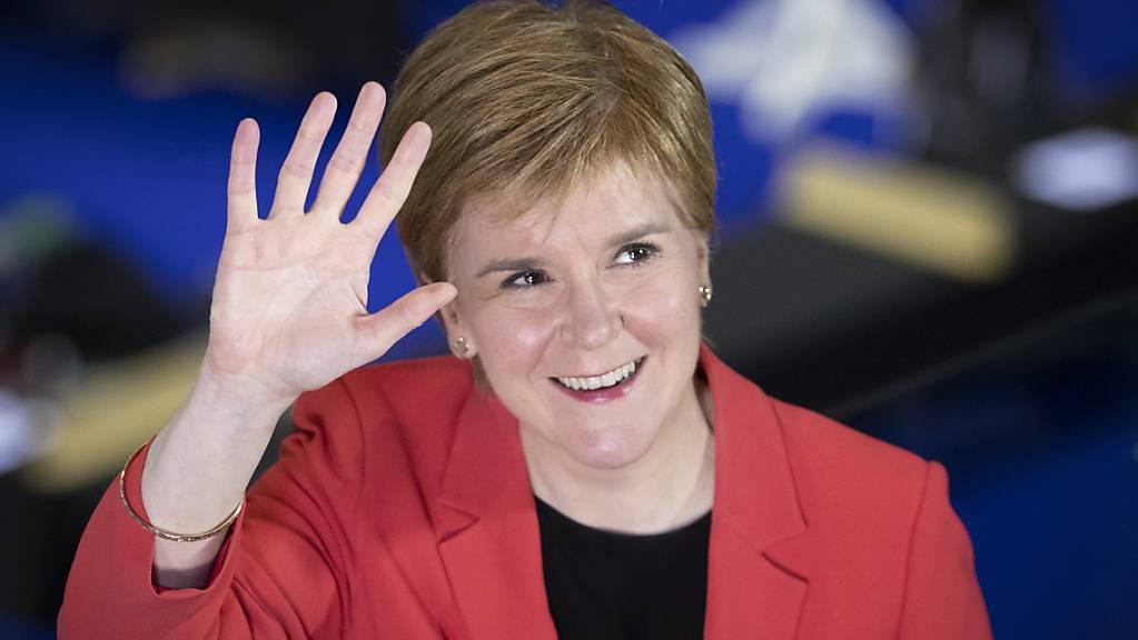 Nicola Sturgeon, Erste Ministerin von Schottland und Vorsitzende der Schottischen Nationalpartei (SNP), kommt nach der Wahl zum Regionalparlament in Schottland zur Stimmauszählung in die Emirates Arena. Foto: Jane Barlow/PA Wire/dpa