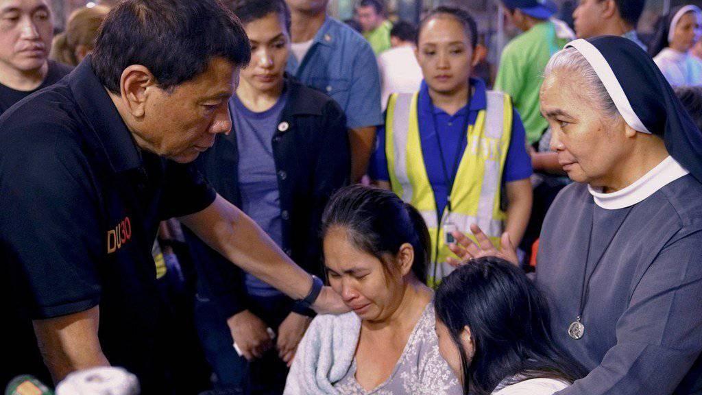 Nach dem Brand in einem Einkaufszentrum auf den Philippinen sind die Leichen von 36 noch vermissten Opfern entdeckt worden. Insgesamt starben 37 Menschen. Staatspräsident Rodrigo Duterte kondolierte Hinterbliebenen der Opfer.