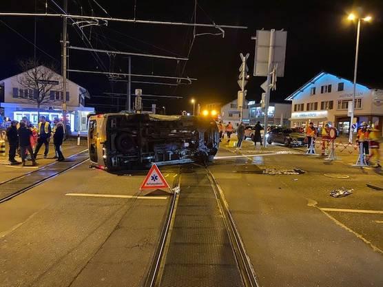 Berikon AG, 19. Februar: Ein Lieferwagen stösst mit einem Auto zusammen und bleibt umgekippt auf dem Gleis liegen.