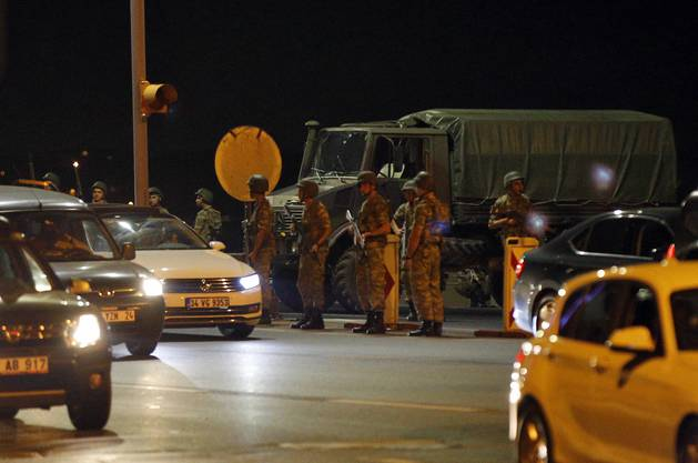 In der Putschnacht: In Istanbul sind schwer bewaffnete Sicherheitskräfte auf den Strassen. Über der Metropole kreisten Helikopter.