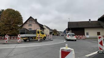 Vom Kreisel Kehrbrunnenplatz aus zieht sich noch immer eine riesige Baustelle durch Schafisheim.