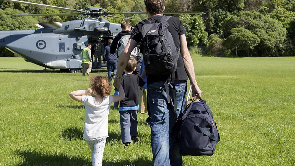Touristen werden nach dem Erdbeben aus dem neuseeländischen Ferienort Kaikoura ausgeflogen.