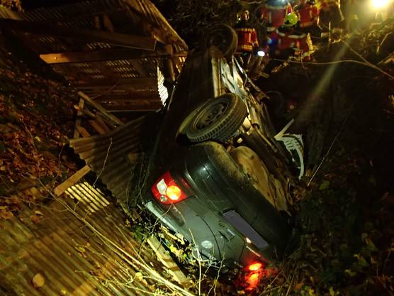 Ein junger Automobilist ist am Donnerstagabend bei einem Selbstunfall in Reitnau von der Strasse abgekommen. Das von ihm gelenkte Auto prallte gegen eine Liegenschaft. Die vier Insassen konnten sich aus dem beschädigten Auto befreien und wurden nur geringfügig verletzt.