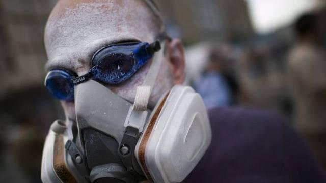 Strafbar: Demonstrant mit Gasmaske und Brille (Symbolbild)