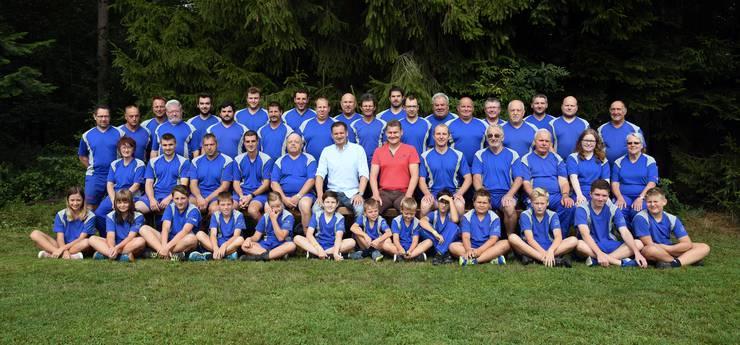 Stolz präsentieren Hornusser und Bankenvertreter den neuen Vereinstrainer der HG Winistorf-Seeberg.