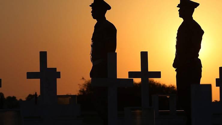 Soldaten in Nikosia gedenken der Todesopfer, welche die türkische Militärinvasion 1974 gefordert hatte.