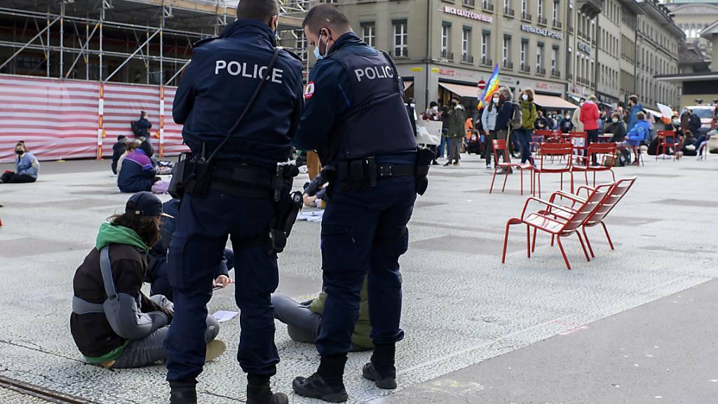 Die Polizei nimmt die Personalien der Aktivistinnen und Aktivisten auf.