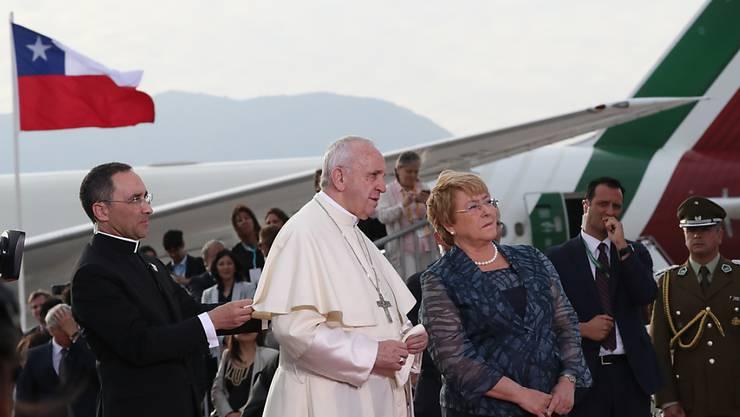 Papst Franziskus wurde bei seiner Ankunft in Chile von Präsidentin Michelle Bachelet am Flughafen empfangen.